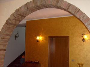 arco in casa panicale verniciatura parete giallo oro